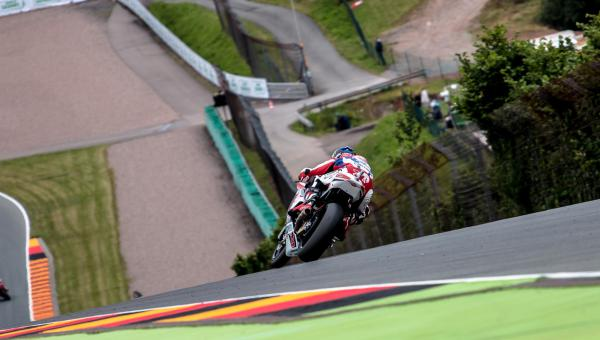 Sam Lowes exits the notorious turn 11